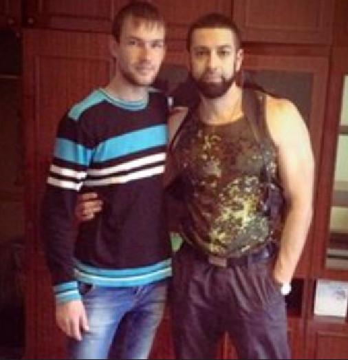 Илья Белоус в камуфляже и с кобурой